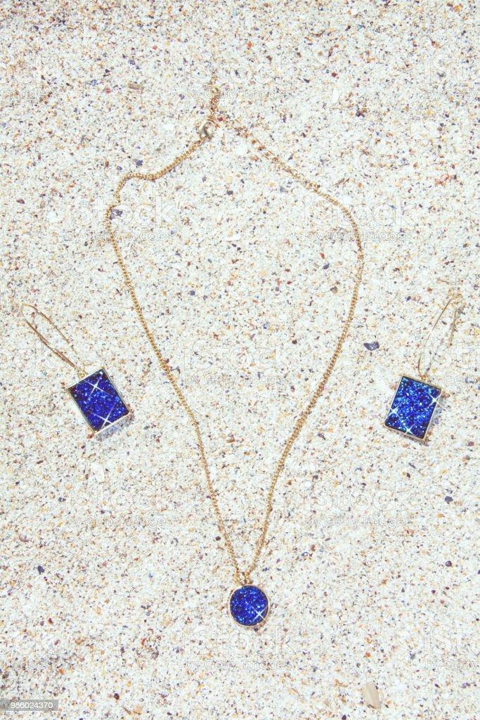 a9adc386713f Collar de oro con colgante y pendientes rectangulares con piedras  brillantes color turquesa foto de stock