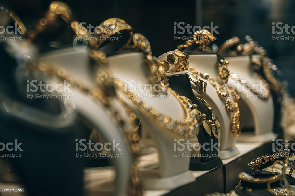 Des colliers dorés - Photo
