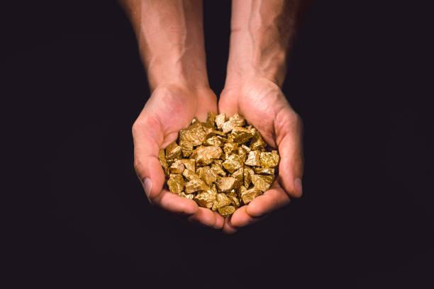 Gold-Nuggets in Menschenhand – Foto