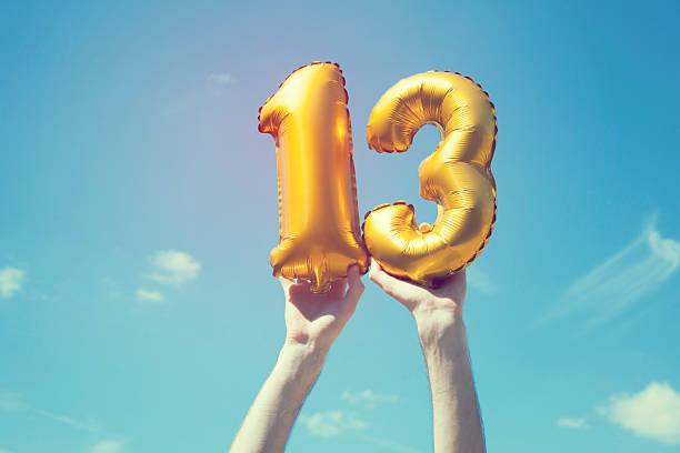 gold nummer 13-ballon - number 13 stock-fotos und bilder