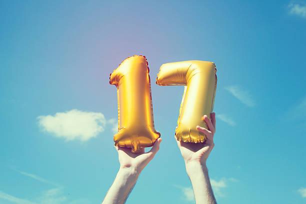 gold nummer 17-ballon - 16 17 jahre stock-fotos und bilder