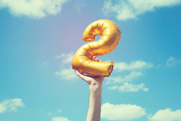 gold nummer 2 ballon - 2 3 jahre stock-fotos und bilder