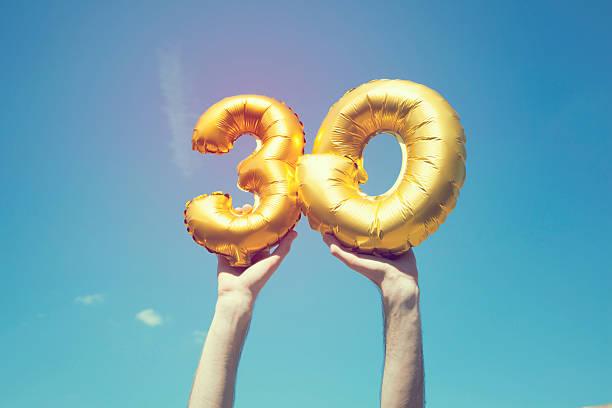 gold nummer 30 ballon - 30 34 jahre stock-fotos und bilder