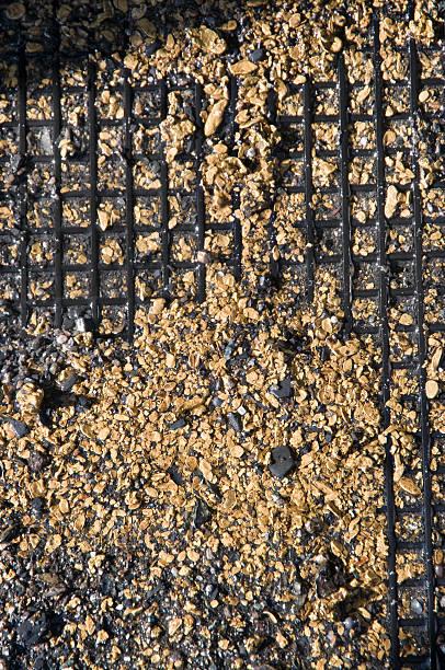 gold auf gummi-matte (führen zu einer fragmentierung). - aurum stock-fotos und bilder