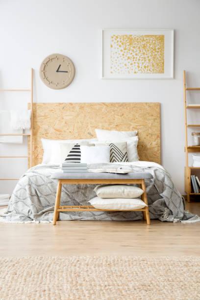 gold malerei im boho-schlafzimmer - do it yourself hochbett stock-fotos und bilder