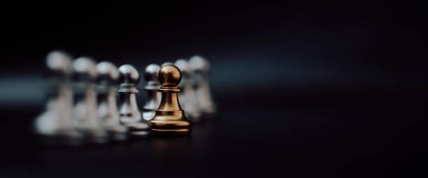 Peón de oro de ajedrez. Unico, Piensa diferente, Individual y que destaca del concepto de multitud. Imagen panorámica - foto de stock