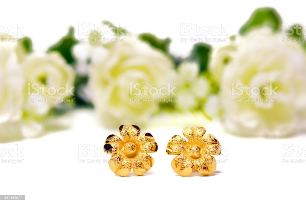 Gold pendant cameo jewelry in flower shape isolated white photo libre de droits