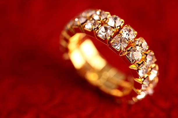 gold ring - birnen verlobungsringe stock-fotos und bilder
