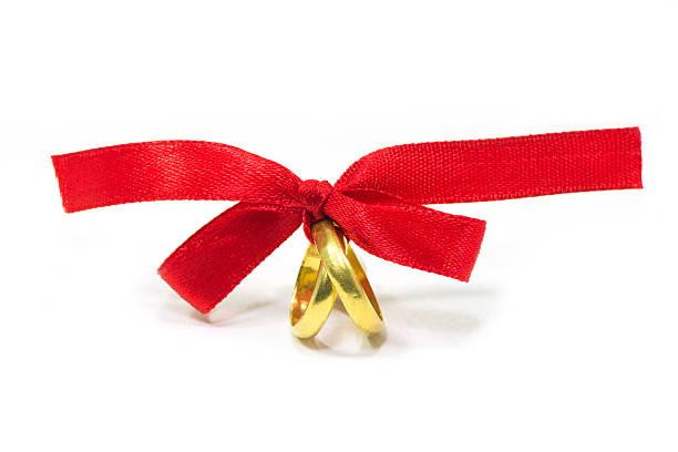 Gold Ringe mit roter Schleife gebunden – Foto