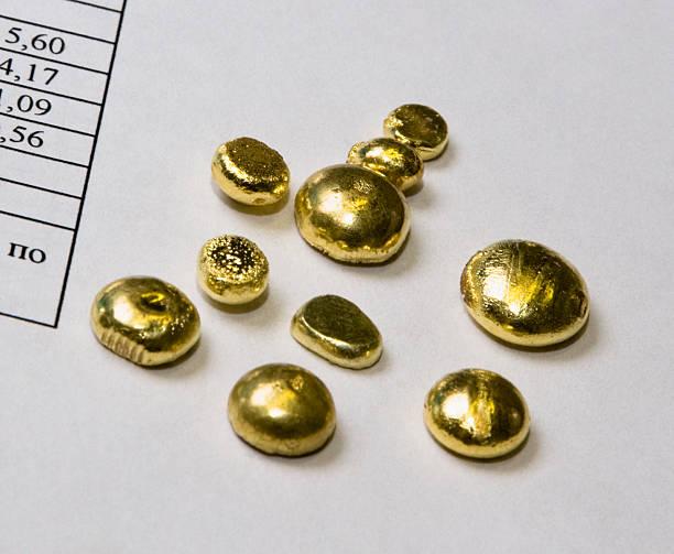 gold muster im labor unternehmen. - aurum stock-fotos und bilder