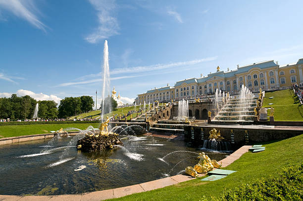 gold samson fountain, peterhof palace, st petersburg, russia - peterhof stockfoto's en -beelden
