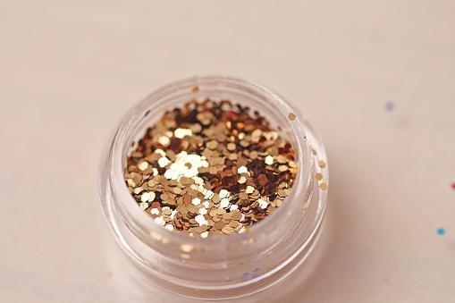 Gouden Pailletten Voor Het Ontwerp Van De Nagels In Een Doos Glitter In Potten Folie Voor Nagel Service Foto Set Sprankelende Schoonheid Shimmer Glitter Stockfoto en meer beelden van Bewogen - Beeldtechniek