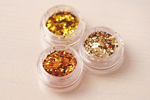 Gouden Pailletten Voor Het Ontwerp Van De Nagels In Een Doos Glitter In Potten Folie Voor Nagel Service Foto Set Sprankelende Schoonheid Shimmer Glitter Stockfoto en meer beelden van Bontgekleurd