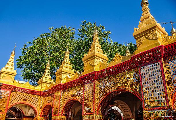 gold glänzendes wand im tempel, dem mandalay-berg - aurum stock-fotos und bilder