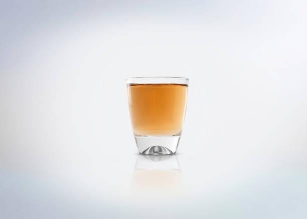 oro shot de tequila - mezcal fotografías e imágenes de stock