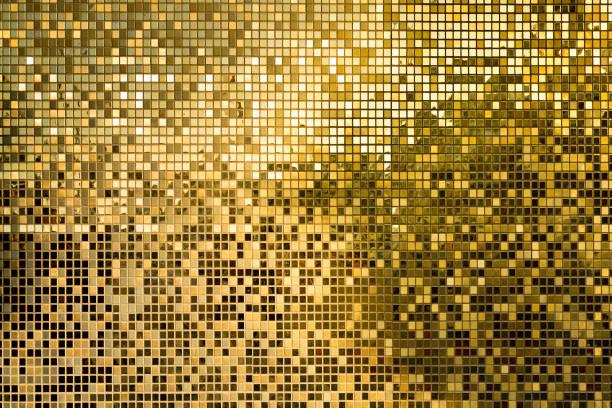 gold quadratische mosaikfliesen für textur-hintergrund - glitter farbige wände stock-fotos und bilder