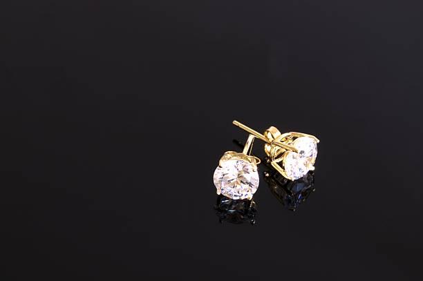 diamant-ohrringe mit goldenen nieten - ohrringe stock-fotos und bilder