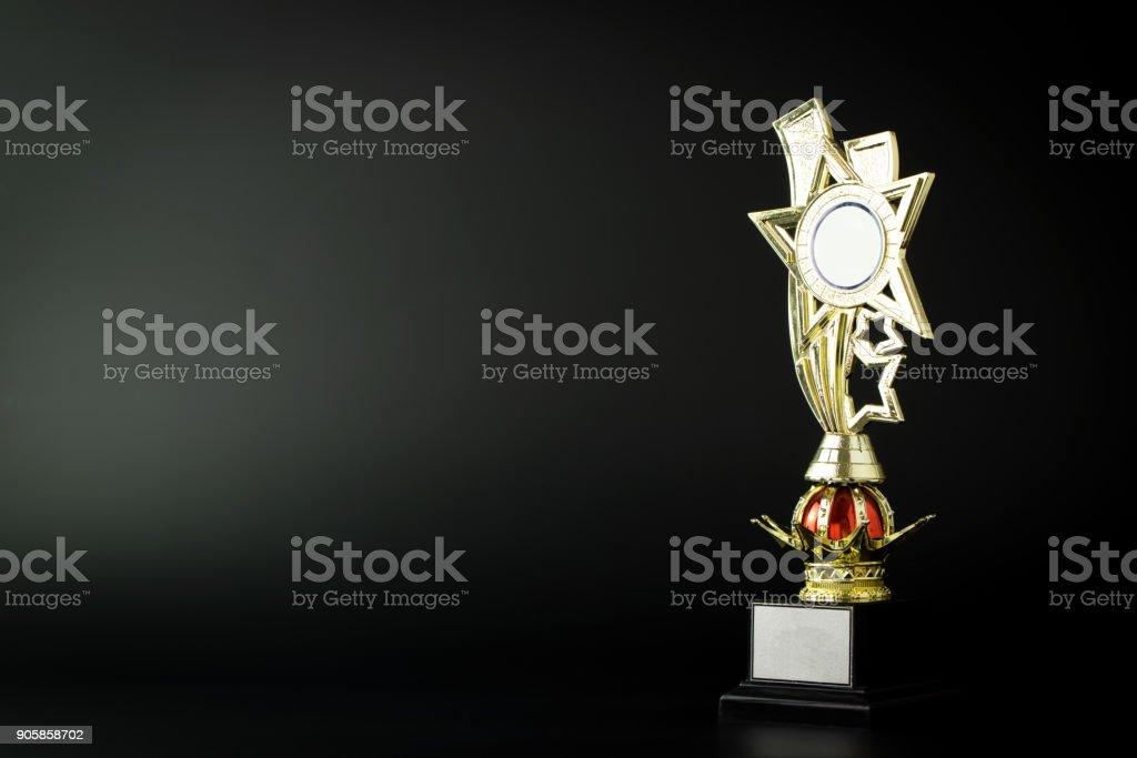 Gold trophy on black - foto stock