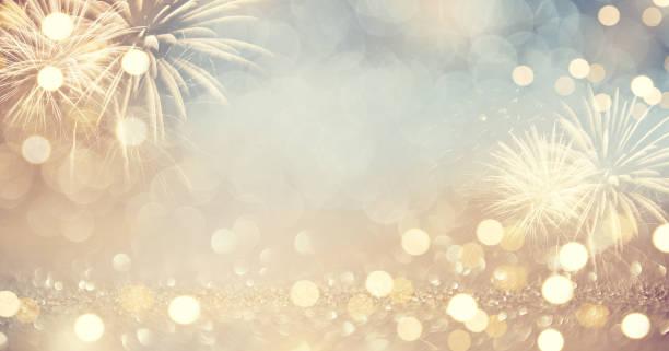 fuegos artificiales vintage oro y bokeh en año nuevo vísperas y copia espacio. vacaciones en antecedentes. - año nuevo fotografías e imágenes de stock