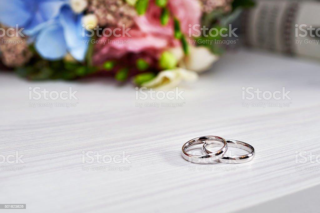Goldene Hochzeit Ringe Und Blumen Stock Fotografie Und Mehr Bilder