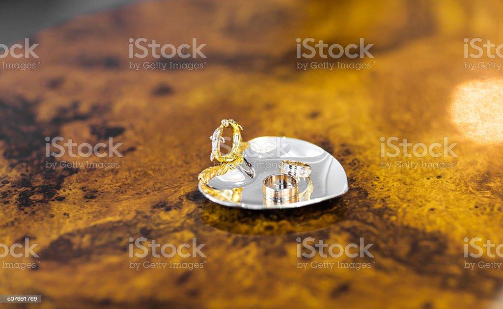Goldene Hochzeit Ringe Auf Der Pincushion Stockfoto Und Mehr