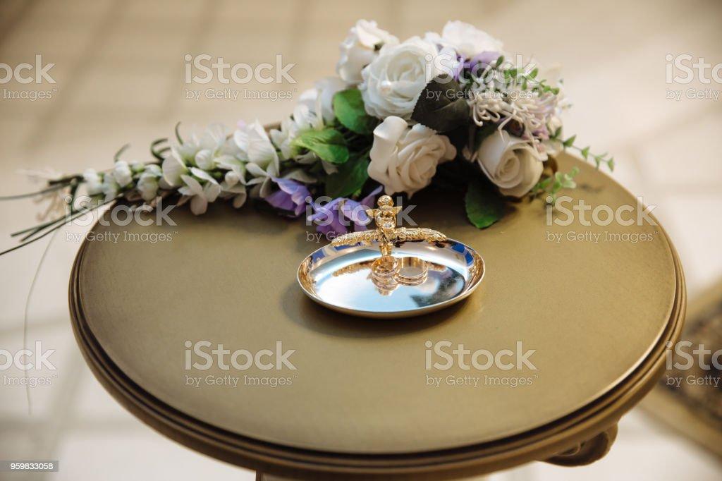Goldene Hochzeit Ringe Auf Weiß Schmücken Kissen Auf