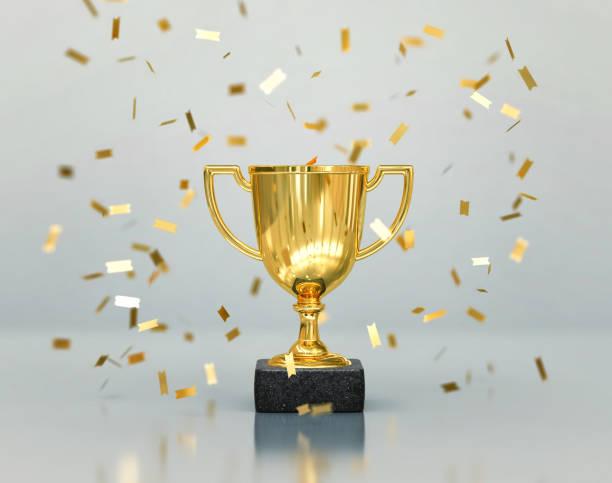 troféu dos vencedores do ouro, copo do campeão com confetti de queda - troféu - fotografias e filmes do acervo