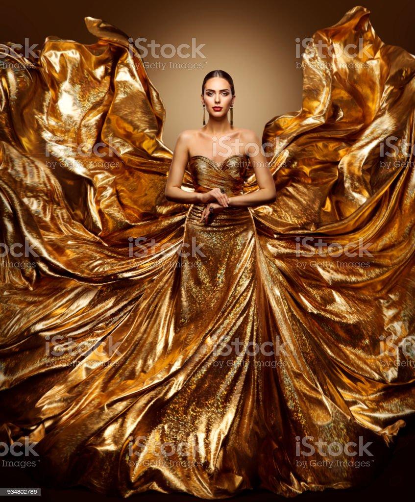 Goldene Frau fliegen, Kleid, Mode Model winken goldene Kleid flattern Flügel Stoff, Art Beauty Portrait – Foto
