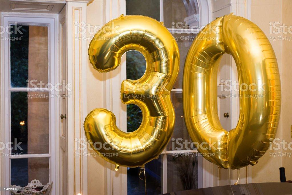 Oro 30 globos de cumpleaños - foto de stock