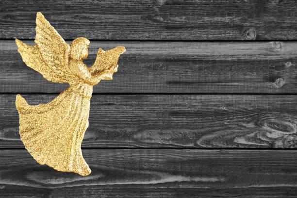 goldener engel auf holzhintergrund - weihnachtssterne aus papier stock-fotos und bilder