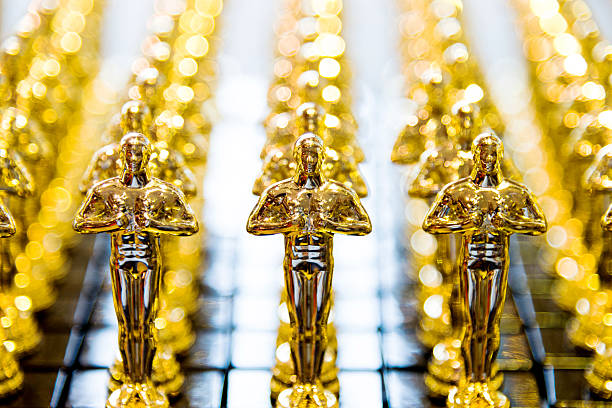golden award-statuen klon - oscar filme stock-fotos und bilder