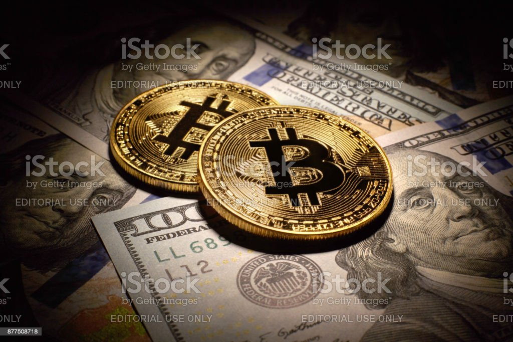 Golden Bitcoins Coins and dollar bills - fotografia de stock