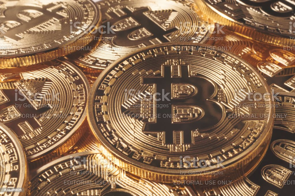 Oro Bitcoins. Dinero virtual. - foto de stock