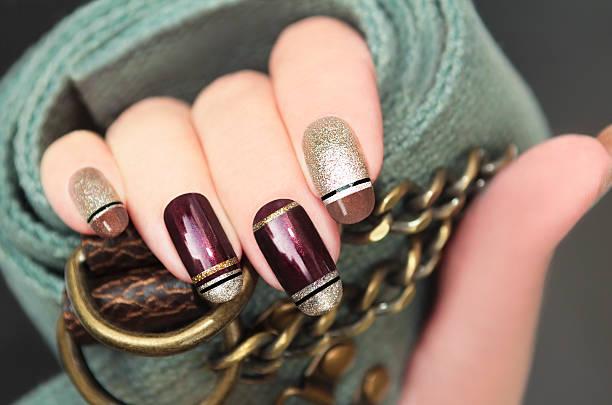 golden brown französische maniküre. - nageldesign trend stock-fotos und bilder