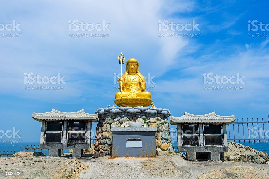 ゴールドの大仏の Haedong Yonggungsa 寺院で、釜山 - 2015年のロイヤリティフリーストックフォト