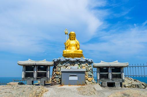 ゴールドの大仏の Haedong Yonggungsa 寺院で釜山 - 2015年のストックフォトや画像を多数ご用意
