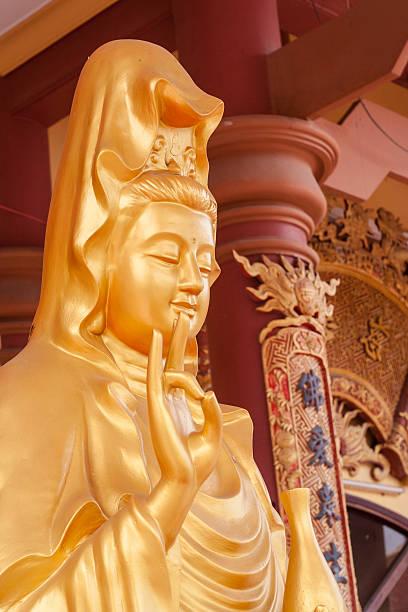 goldenen buddha-statue, vietnam - buddha figuren kaufen stock-fotos und bilder