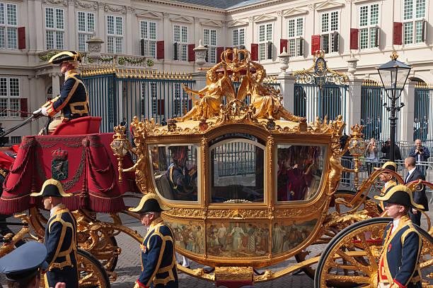 golden kutsche, die an den palast noordeinde in den haag - pferdekutsche stock-fotos und bilder