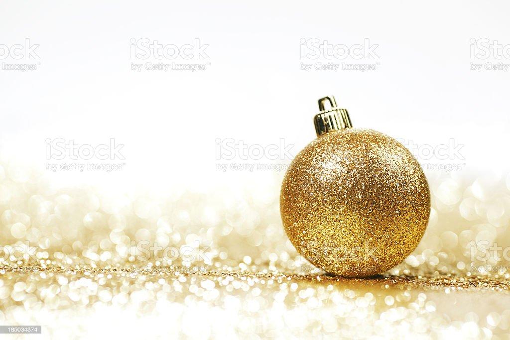 Bola de Natal dourada - foto de acervo