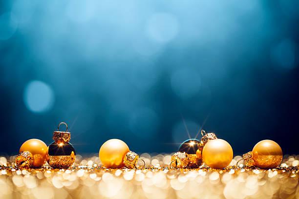 Tempo di Natale dorato con decorazioni oro luci sfocato Bokeh blu - foto stock