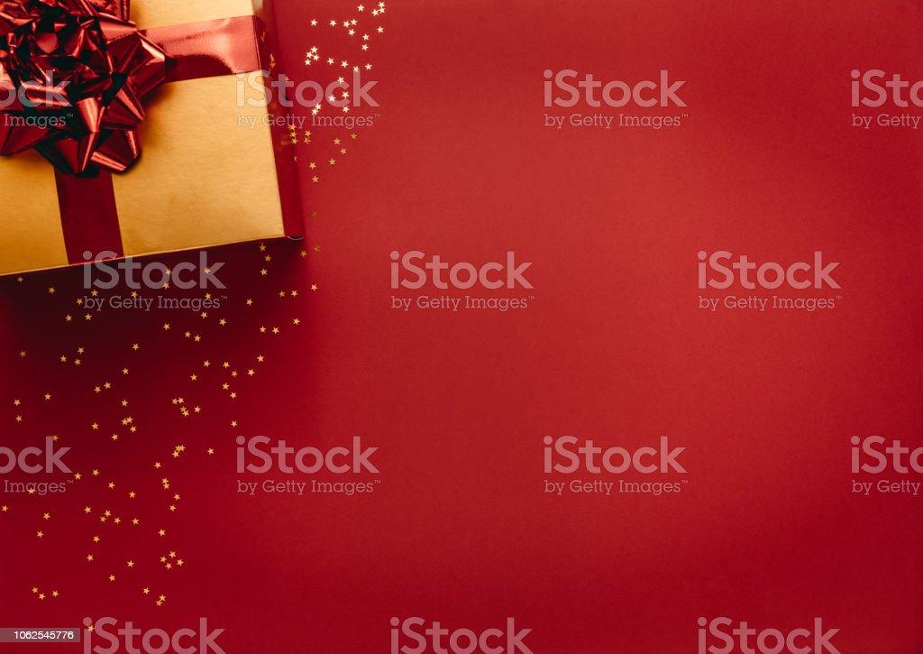 Goldenen farbigen Geschenkbox mit Sternen auf rotem Grund – Foto