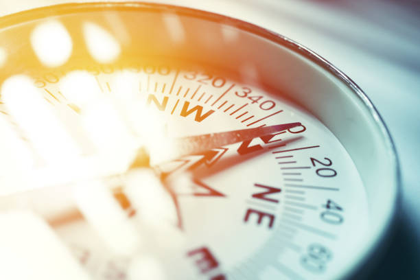 golden compass - karte navigationsinstrument stock-fotos und bilder