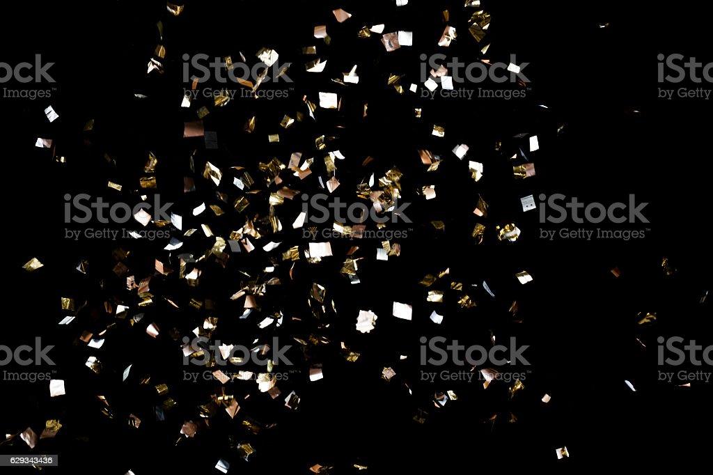 ゴールドのコンフェティに黒色の背景 ストックフォト