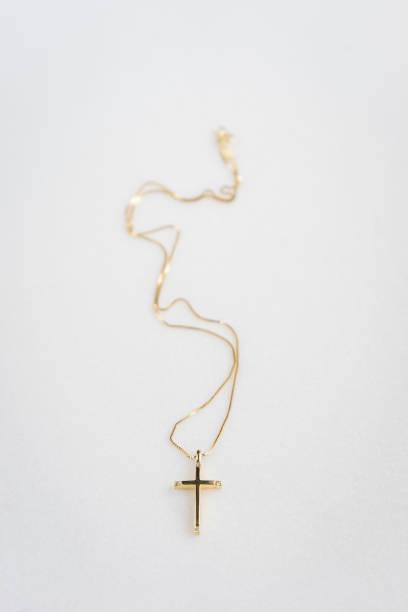 goldenes kreuz auf marmor hintergrund - geschenk zur taufe stock-fotos und bilder