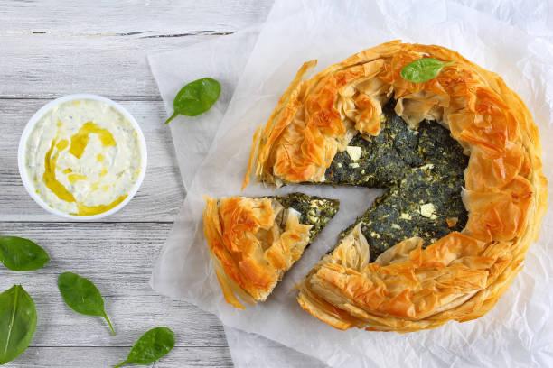 torta de espinafre grega quente de crosta dourada - torta salgada - fotografias e filmes do acervo