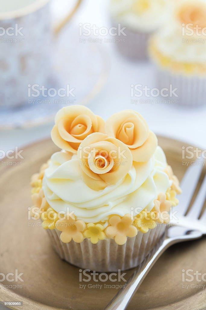 Golden cupcake royaltyfri bildbanksbilder