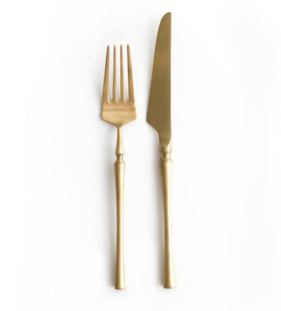 從上面在白色背景的金黃餐具看法。頂部視圖。 婚禮、生日或聚會的節日餐桌的刀叉。 - 叉 個照片及圖片檔