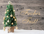 istock Golden Decorated Tree, Frohes Fest Means Merry Christmas 846823722