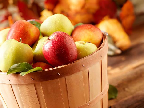 golden délicieux et de jazz des pommes au harvest - golden photos et images de collection