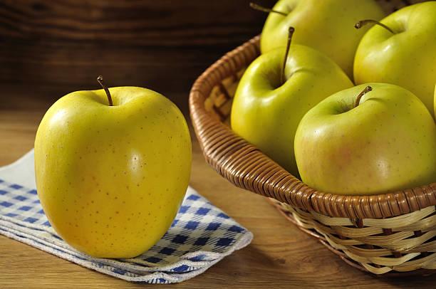pomme golden delicious - golden photos et images de collection